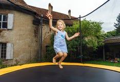 Χαριτωμένο κορίτσι preschooler που πηδά στο τραμπολίνο στοκ εικόνες με δικαίωμα ελεύθερης χρήσης
