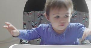 Χαριτωμένο κοριτσάκι που ταΐζεται από τη μητέρα απόθεμα βίντεο