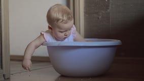 Χαριτωμένο κοριτσάκι σε μια στρογγυλή μπλε σκάφη 3 απόθεμα βίντεο