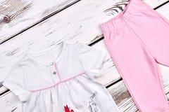 Χαριτωμένο κοστούμι βαμβακιού κοριτσιών μικρών παιδιών Στοκ Εικόνα