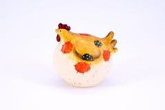 Χαριτωμένο κοτόπουλο polyresin παιχνιδιών που απομονώνεται Στοκ εικόνες με δικαίωμα ελεύθερης χρήσης