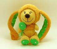 Χαριτωμένο κουνέλι παιχνιδιών Κίτρινη ανασκόπηση Στοκ Φωτογραφίες