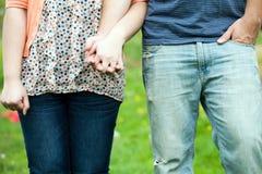 χαριτωμένο κράτημα χεριών ζευγών Στοκ φωτογραφίες με δικαίωμα ελεύθερης χρήσης
