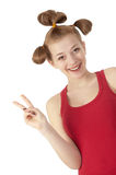 χαριτωμένο κόκκινο πουκάμισο κοριτσιών που χαμογελά το λευκό τ στοκ εικόνα