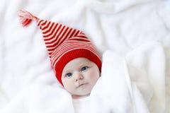 Χαριτωμένο λατρευτό παιδί μωρών με το χειμώνα ΚΑΠ Χριστουγέννων στο άσπρο υπόβαθρο Στοκ εικόνα με δικαίωμα ελεύθερης χρήσης