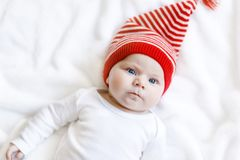 Χαριτωμένο λατρευτό παιδί μωρών με το χειμώνα ΚΑΠ Χριστουγέννων στο άσπρο υπόβαθρο Στοκ Φωτογραφία