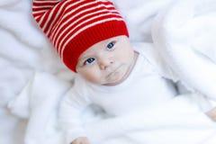 Χαριτωμένο λατρευτό παιδί μωρών με το χειμώνα ΚΑΠ Χριστουγέννων στο άσπρο υπόβαθρο Στοκ Εικόνες