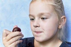 Χαριτωμένο λευκό κορίτσι με τα ξανθά μαλλιά Στοκ φωτογραφία με δικαίωμα ελεύθερης χρήσης