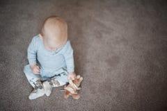 Χαριτωμένο λυπημένο κοριτσάκι με λίγο λαγουδάκι διαθέσιμο Κλείστε επάνω το πορτρέτο του μικρού κοριτσιού με το παιχνίδι στο γκρίζ Στοκ εικόνες με δικαίωμα ελεύθερης χρήσης