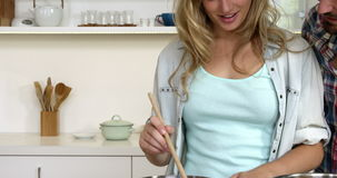 Χαριτωμένο μαγείρεμα ζευγών στην κουζίνα φιλμ μικρού μήκους
