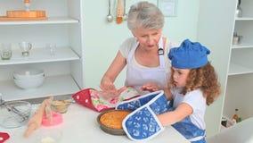 Χαριτωμένο μαγείρεμα μικρών κοριτσιών απόθεμα βίντεο