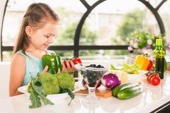 Χαριτωμένο μαγείρεμα μικρών κοριτσιών Στοκ Εικόνα