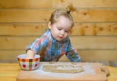 Χαριτωμένο μαγείρεμα παιδιών με τη ζύμη, το αλεύρι και το κύπελλο στο ξύλο Στοκ εικόνα με δικαίωμα ελεύθερης χρήσης