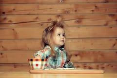 Χαριτωμένο μαγείρεμα παιδιών με τη ζύμη, το αλεύρι και το κύπελλο στο ξύλο Στοκ φωτογραφία με δικαίωμα ελεύθερης χρήσης