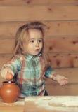Χαριτωμένο μαγείρεμα παιδιών με τη ζύμη, το αλεύρι, το αυγό και το κύπελλο Στοκ φωτογραφία με δικαίωμα ελεύθερης χρήσης