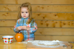 Χαριτωμένο μαγείρεμα παιδιών με τη ζύμη, το αλεύρι, το αυγό και το κύπελλο Στοκ φωτογραφίες με δικαίωμα ελεύθερης χρήσης