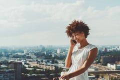 Χαριτωμένο μαύρο πρότυπο κορίτσι στο μπαλκόνι του ουρανοξύστη Στοκ φωτογραφία με δικαίωμα ελεύθερης χρήσης