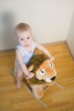Χαριτωμένο μικρό αγοράκι που οδηγά στο παιχνίδι λιονταριών Ευτυχείς συγκινήσεις παιδιών Στοκ φωτογραφία με δικαίωμα ελεύθερης χρήσης