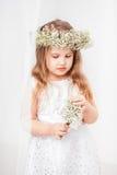 Χαριτωμένο μικρό κορίτσι με ένα στεφάνι Στοκ Φωτογραφίες