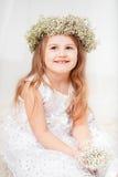 Χαριτωμένο μικρό κορίτσι με ένα στεφάνι Στοκ εικόνες με δικαίωμα ελεύθερης χρήσης