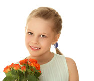 Χαριτωμένο μικρό κορίτσι με μια ανθοδέσμη των τριαντάφυλλων στοκ εικόνες