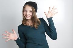 Χαριτωμένο μικρό κορίτσι με τα αυξημένα χέρια Στοκ εικόνα με δικαίωμα ελεύθερης χρήσης