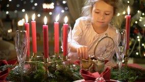 Χαριτωμένο μικρό κορίτσι με τα μπισκότα Χριστουγέννων απόθεμα βίντεο