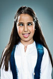 Χαριτωμένο μικρό κορίτσι με την αστεία έκφραση στοκ εικόνες