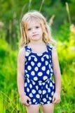 Χαριτωμένο μικρό κορίτσι με τη μακριά ξανθή σγουρή τρίχα, υπαίθριο πορτρέτο Στοκ εικόνα με δικαίωμα ελεύθερης χρήσης