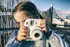 Χαριτωμένο μικρό κορίτσι με τη στιγμιαία κάμερα φωτογραφιών εικόνων στοκ φωτογραφίες με δικαίωμα ελεύθερης χρήσης