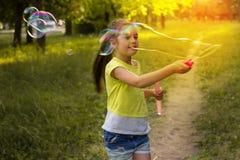 Χαριτωμένο μικρό κορίτσι με τις μεγάλες φυσαλίδες σαπουνιών Στοκ φωτογραφία με δικαίωμα ελεύθερης χρήσης