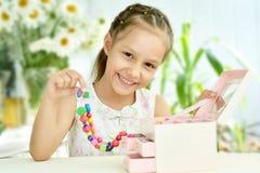 Χαριτωμένο μικρό κορίτσι με τις χάντρες στοκ εικόνα με δικαίωμα ελεύθερης χρήσης