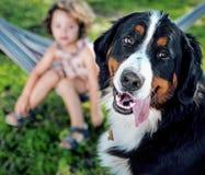 Χαριτωμένο μικρό κορίτσι με τον καλό φίλο σκυλιών της Στοκ φωτογραφία με δικαίωμα ελεύθερης χρήσης