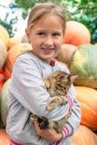 Χαριτωμένο μικρό κορίτσι με το γατάκι στοκ φωτογραφίες
