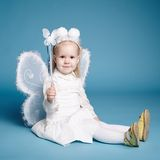 Χαριτωμένο μικρό κορίτσι με το κοστούμι πεταλούδων Στοκ Φωτογραφίες
