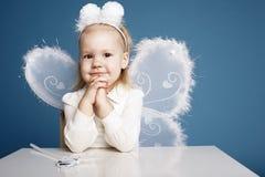 Χαριτωμένο μικρό κορίτσι με το κοστούμι πεταλούδων Στοκ φωτογραφία με δικαίωμα ελεύθερης χρήσης