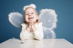 Χαριτωμένο μικρό κορίτσι με το κοστούμι πεταλούδων Στοκ φωτογραφίες με δικαίωμα ελεύθερης χρήσης