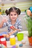 Χαριτωμένο μικρό κορίτσι με το σύνολο καλαθιών των ζωηρόχρωμων αυγών Πάσχας Στοκ φωτογραφίες με δικαίωμα ελεύθερης χρήσης