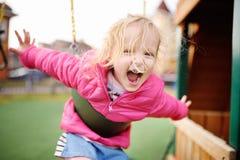 Χαριτωμένο μικρό κορίτσι που έχει τη διασκέδαση στην υπαίθρια παιδική χαρά Στοκ φωτογραφίες με δικαίωμα ελεύθερης χρήσης