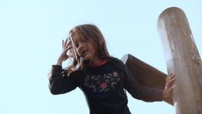 Χαριτωμένο μικρό κορίτσι που έχει τη διασκέδαση στο πάρκο περιπέτειας Αρκετά ευτυχής θηλυκή διστακτικότητα παιδιών χαμόγελου, που απόθεμα βίντεο