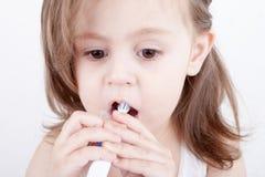 Χαριτωμένο μικρό κορίτσι που βουρτσίζει τα δόντια της στοκ φωτογραφίες