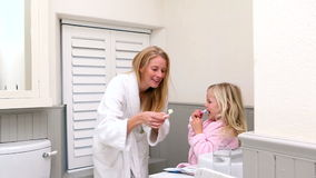 Χαριτωμένο μικρό κορίτσι που βουρτσίζει τα δόντια της με τη μητέρα της φιλμ μικρού μήκους