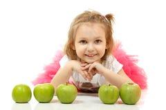 Χαριτωμένο μικρό κορίτσι που βρίσκεται και playng με τα μήλα Στοκ εικόνες με δικαίωμα ελεύθερης χρήσης