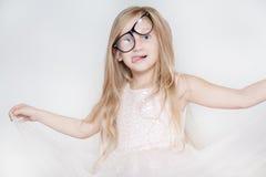 Χαριτωμένο μικρό κορίτσι που κάνει τα πρόσωπα Στοκ Εικόνα