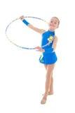 Χαριτωμένο μικρό κορίτσι που κάνει τη γυμναστική με τη στεφάνη που απομονώνεται στο λευκό Στοκ Εικόνες