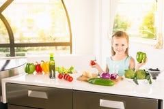 Χαριτωμένο μικρό κορίτσι που κατασκευάζει τη σαλάτα Μαγείρεμα παιδιών τρόφιμα υγιή Στοκ φωτογραφία με δικαίωμα ελεύθερης χρήσης