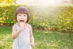 Χαριτωμένο μικρό κορίτσι που κρατά το lollipop στην ισοτιμία Στοκ φωτογραφίες με δικαίωμα ελεύθερης χρήσης
