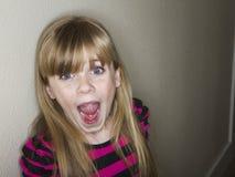 Χαριτωμένο μικρό κορίτσι που κραυγάζει για κάτι στοκ φωτογραφία
