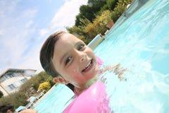 Χαριτωμένο μικρό κορίτσι που μαθαίνει πώς να κολυμπήσει με armbands Στοκ φωτογραφία με δικαίωμα ελεύθερης χρήσης