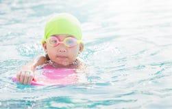 Χαριτωμένο μικρό κορίτσι που μαθαίνει πώς να κολυμπήσει Στοκ Εικόνα